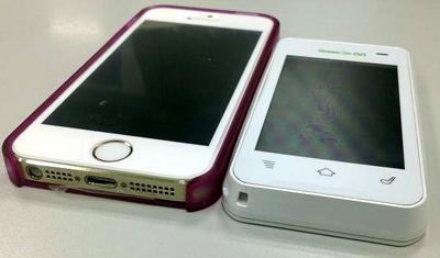 私のスマートフォンと比べてもほとんど変わらない薄さです。